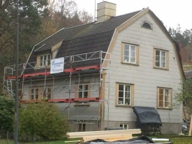 Takläggning i Södertälje - Vi har påbörjat med att ställa upp byggnadsställningen och ta ner gamla takpannor